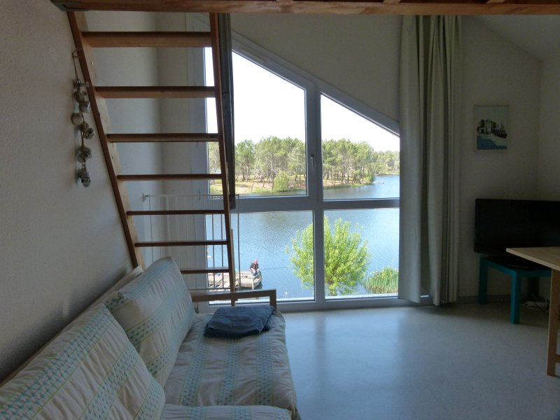 salon vue sur le lac