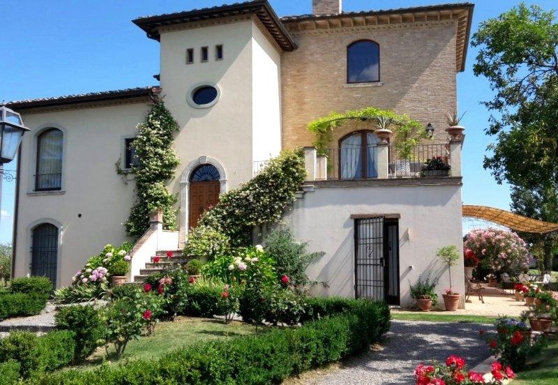 Villa La Valliana - Vorderseite des Anwesens mit Blumengarten
