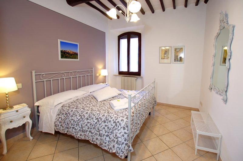 APARTMENT LA TORRETTA: DOUBLE BEDROOM 1 with air conditioning and linen provided