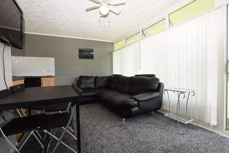 cómoda sala de estar recién reformado