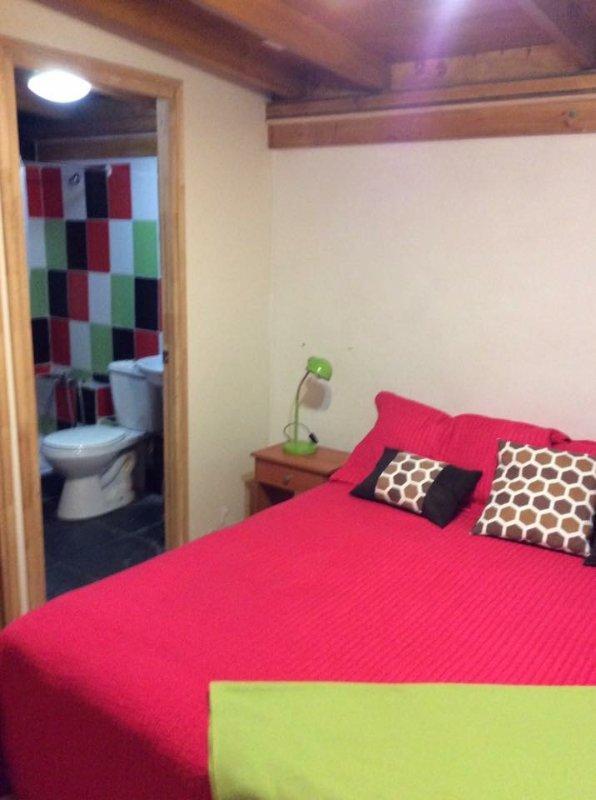 chambre avec salle de bain privée, lit 2 places réguliers.