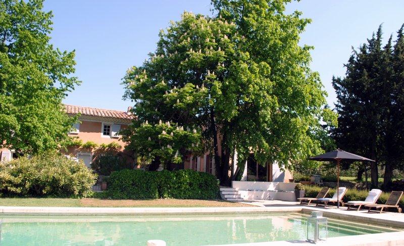 Mas provencal du XIXème avec piscine, entièrement rénové, beaucoup de charme., location de vacances à Puyricard
