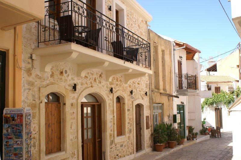 Selene at Villa Kamares Boutique Spa Apartments in the heart of Panormo, alquiler vacacional en Panormos