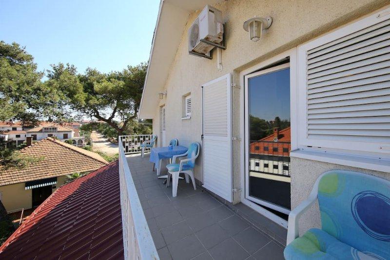 A-3 Nice apartment great location  large balcony 12m2, aluguéis de temporada em Biograd na Moru