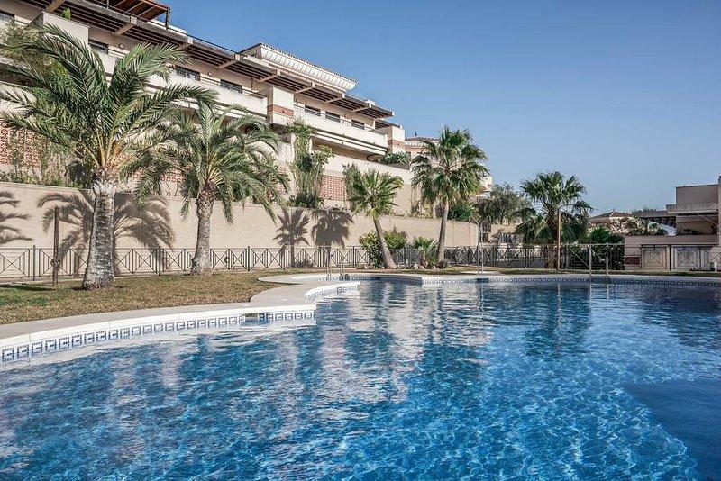 Apartamento amplio soleado con vistas al mar,  residencial  con piscina y playa, alquiler vacacional en Almayate Alto