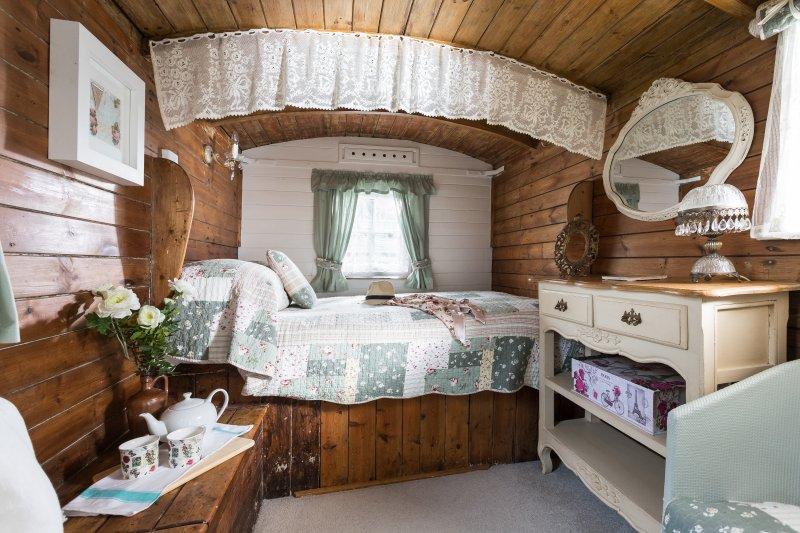 Uno de los dos dormitorios románticos cabaña de pastores en casa peculiar
