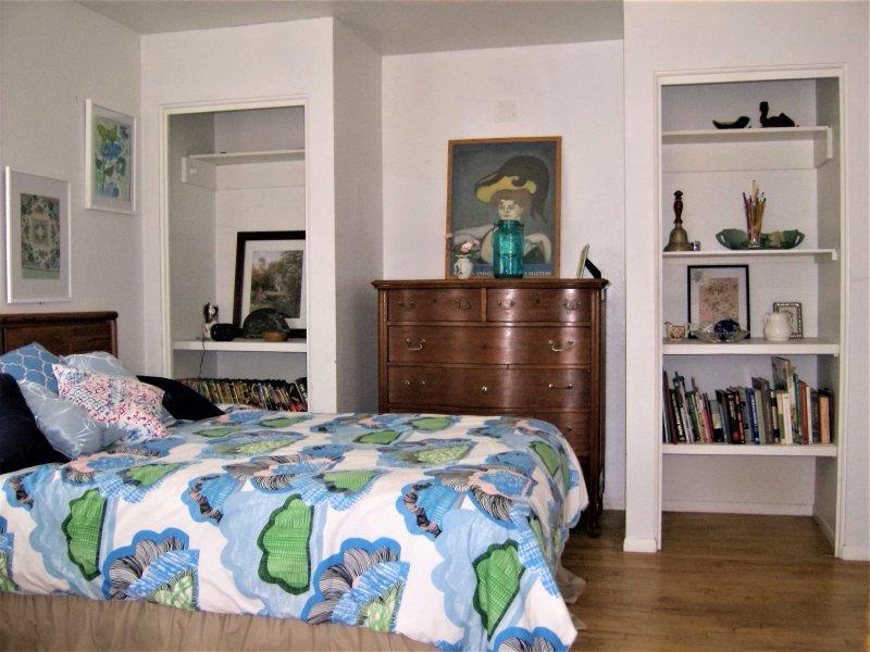 Matser Chambre avec des tonnes de chambre annonce une vue sur la forêt.