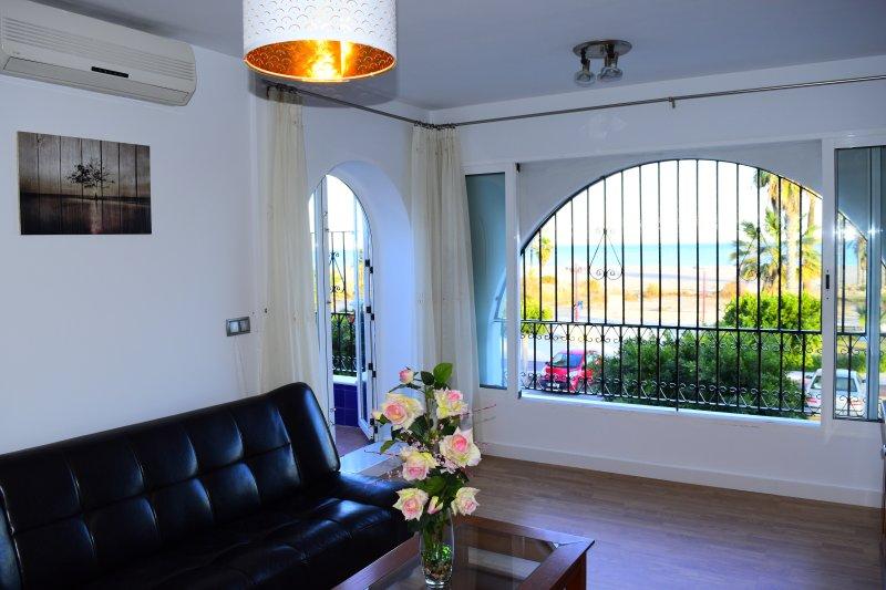 Salón con vistas al Mediterráneo y salida a la terraza. Continuos cambios de color.