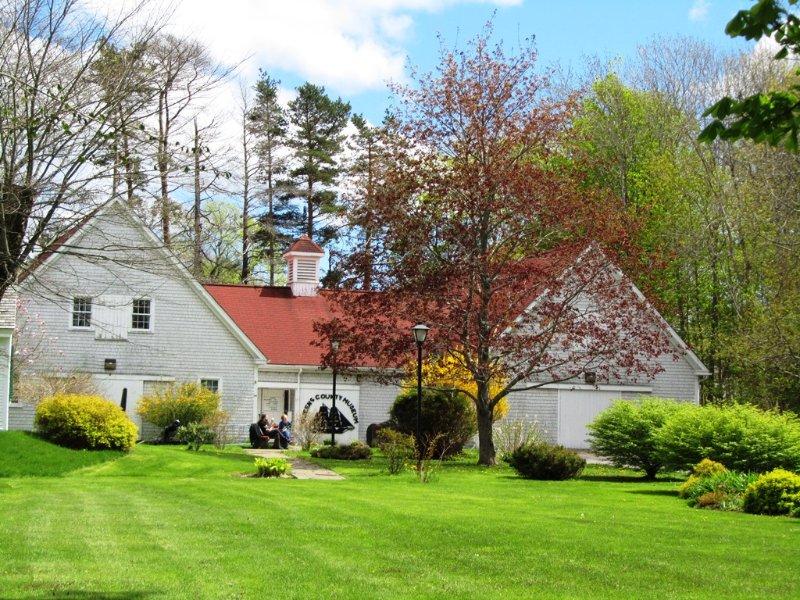 Queens County Museum, situado delante de Samuel Fairbanks House