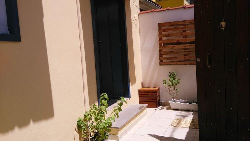 Vista da porta de entrada da casa.