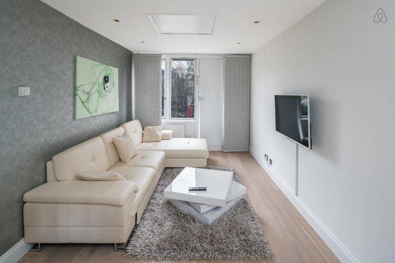 Luz amplia sala de estar con un montón de asientos cómodos