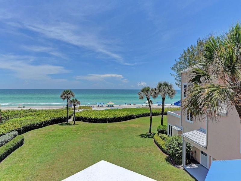 Vistas magníficas desde este frente del Golfo recientemente renovado con 2 dormitorios y 2 baños.
