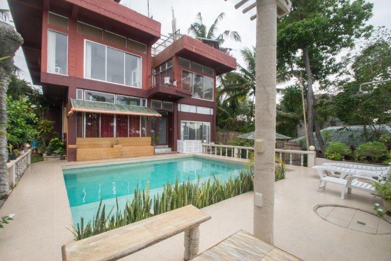 Villa exteriör och utsikt över poolen