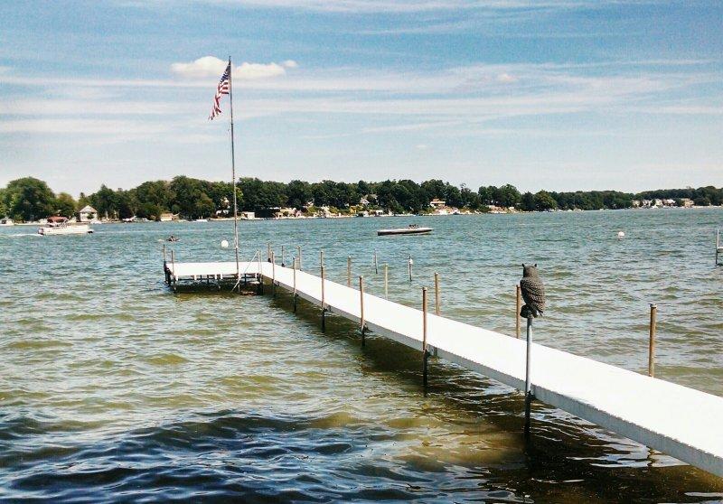 jetée au bord du lac avec une grande zone de baignade (vue sur le lac de la digue)