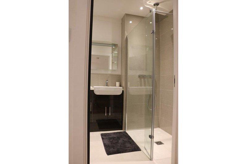 2e badkamer met douche en verwarmde handdoekhouders