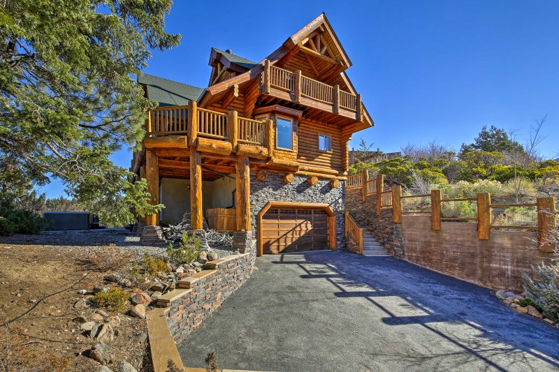 Big Bear House w/ Hot Tub & View of Bear Mountain!, alquiler de vacaciones en Moonridge