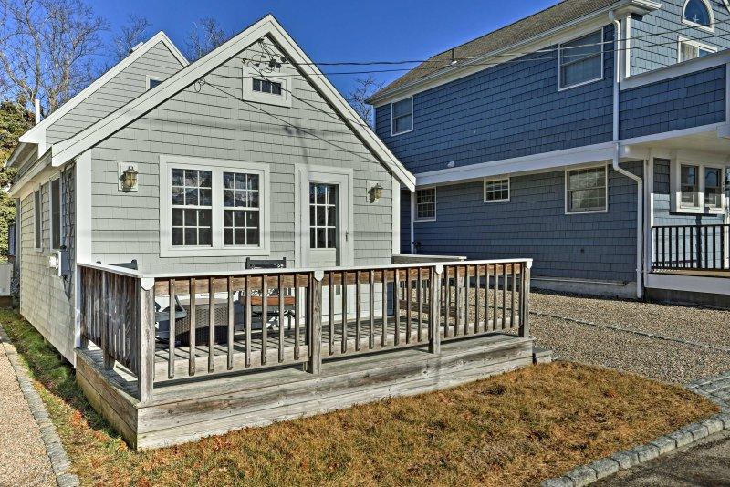 Encuentra su próxima escapada Cape Cod en esta casa de vacaciones en la costa de Mashpee!