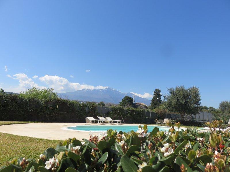 Spazioso Monolocale vista mare e Etna, holiday rental in Scillichenti