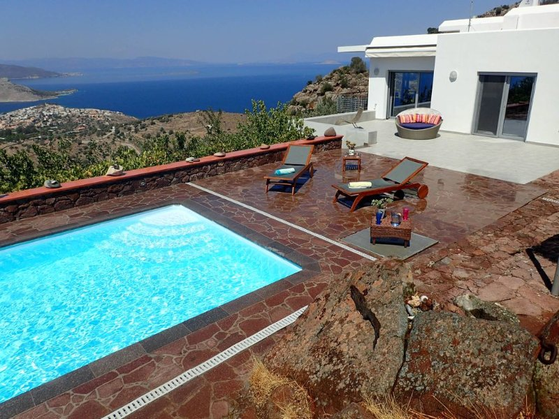 SPACIOUS LUXURIOUS ARTVILLA SEAVIEW WITH POOL GORGEOUS SUNSET IDEAL FOR WEDDINGS, location de vacances à Methana
