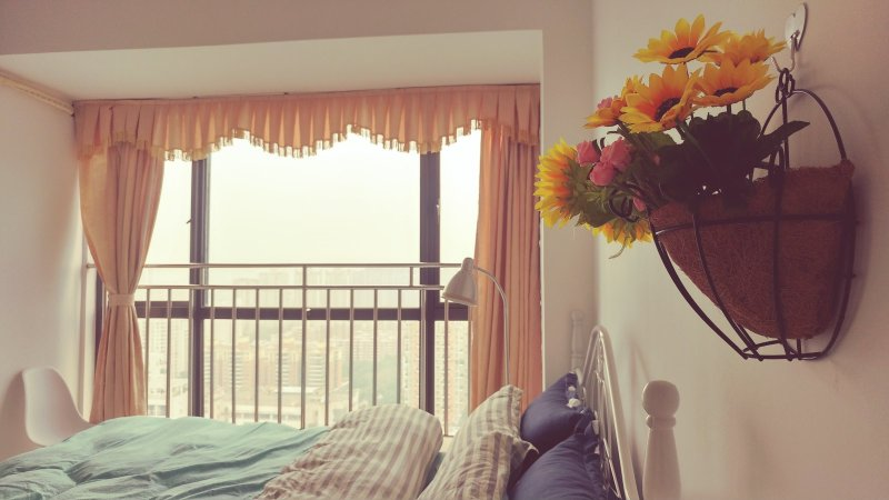 the cosy room for rental, with a soft bed, a super view over the city through the big window