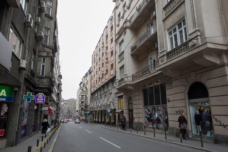 La rue en face de l'immeuble / appartement