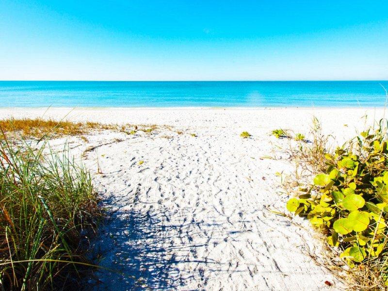 Barefoot Beach is ook heel dichtbij.
