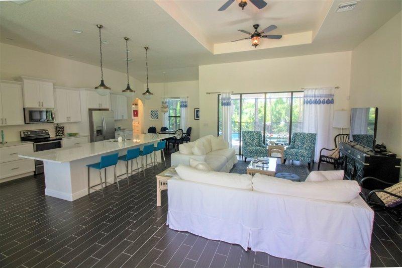 Grote open concept grote kamer met een woonkamer, formele eetkamer, keuken en ontbijt eethoek