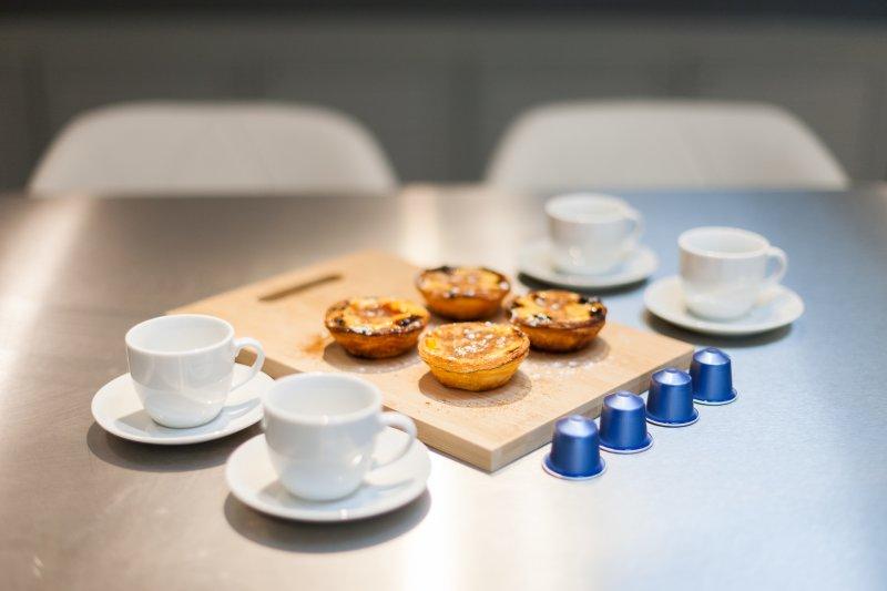 En nuestra casa, siempre será recibido con una Nespresso y un pastel de Belém.