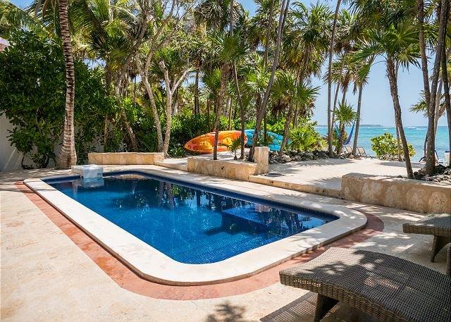 The Best Beachfront villa w/pool, in a secure gated South Akumal community!, location de vacances à Akumal