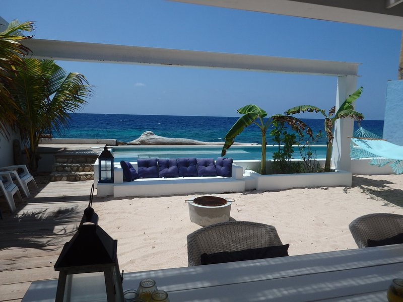 Beautiful ocean view, different seating area's, hammock, bbq and outdoor shower.