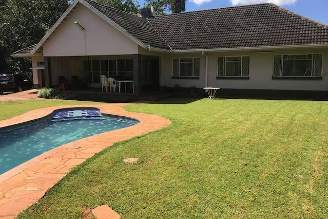 4 bedrooms house on an acre in a quiet upmarket neighbourhood with lush gardens, casa vacanza a Harare