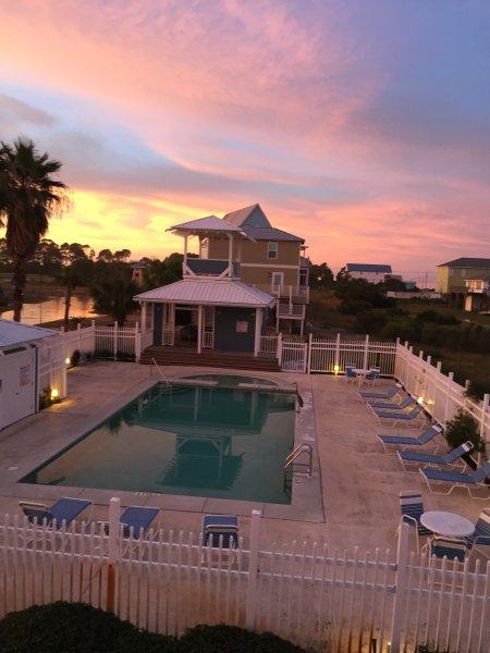 Belle vue sur la piscine et de la baie à partir de votre porte!