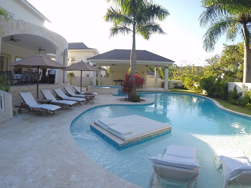 piscina privada hermosa con comedor al aire libre para el desayuno y barbacoa.