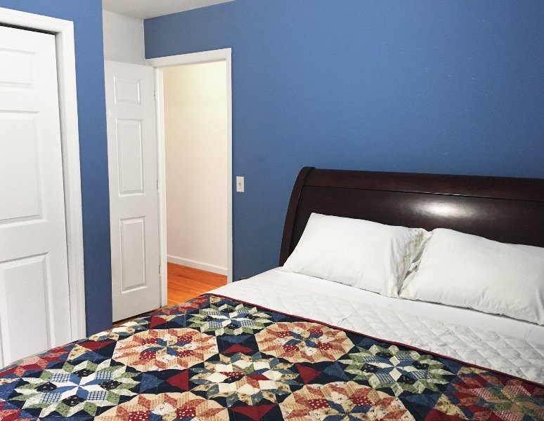 Cute Private Room with Kitchen Access Just Steps from NYC, Shared Bathroom, aluguéis de temporada em Jersey City