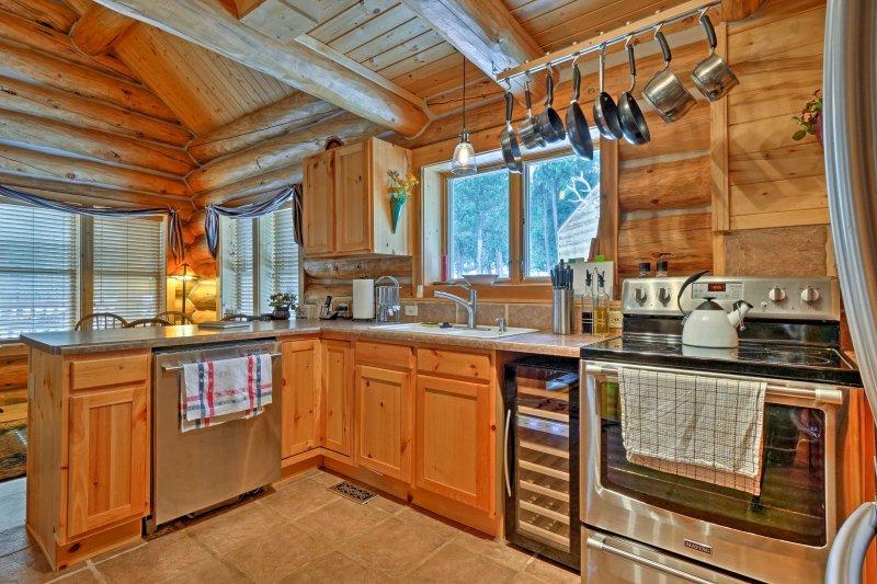 Vous trouverez des avantages supplémentaires à l'intérieur de la cuisine, y compris un refroidisseur à vin et une machine à café Keurig.