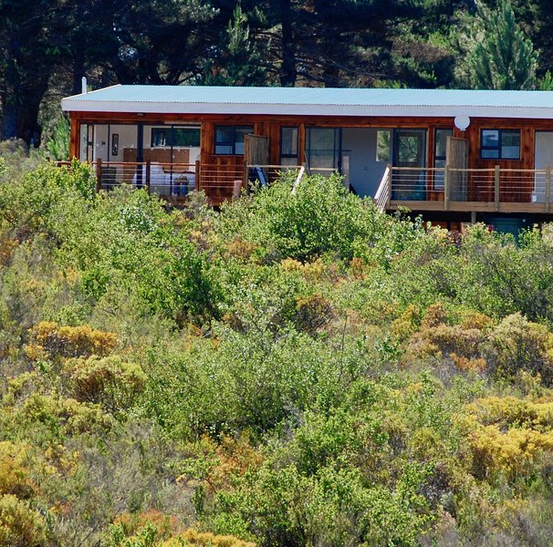 Equleni Guest Farm. Peace by the Water.Beautifully modern and very private, location de vacances à Hoekwil