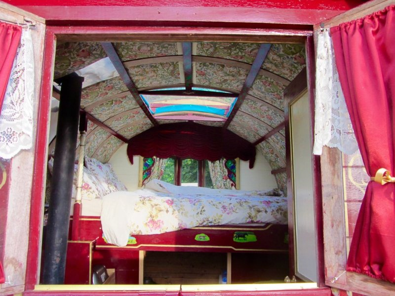 Gypsy Wagon at Oakwood Glamping in West Sussex with fire pit, holiday rental in Woodmancote
