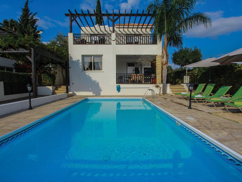 Luxury 3 bed villa with 2 bathrooms with large private pool and gardens, holiday rental in Coral Bay