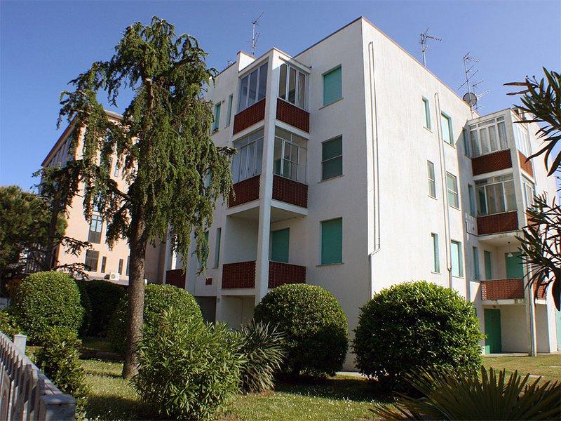 Appartamento con balcone e posto auto vicino al mare, holiday rental in Lido delle Nazioni