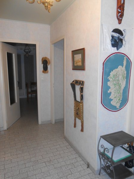O lobby, com um mapa de relevo de Córsega.