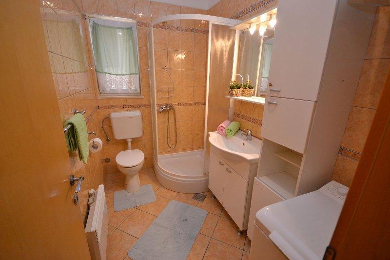A-Alen Deluxe(6+1): bathroom with toilet
