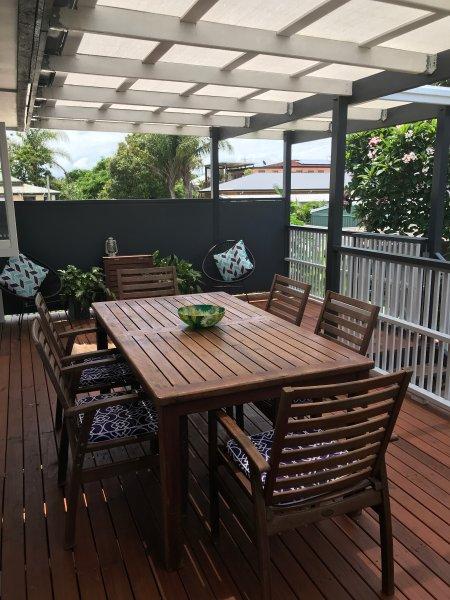 gran cubierta trasera, con sombra y privado para cenar al aire libre