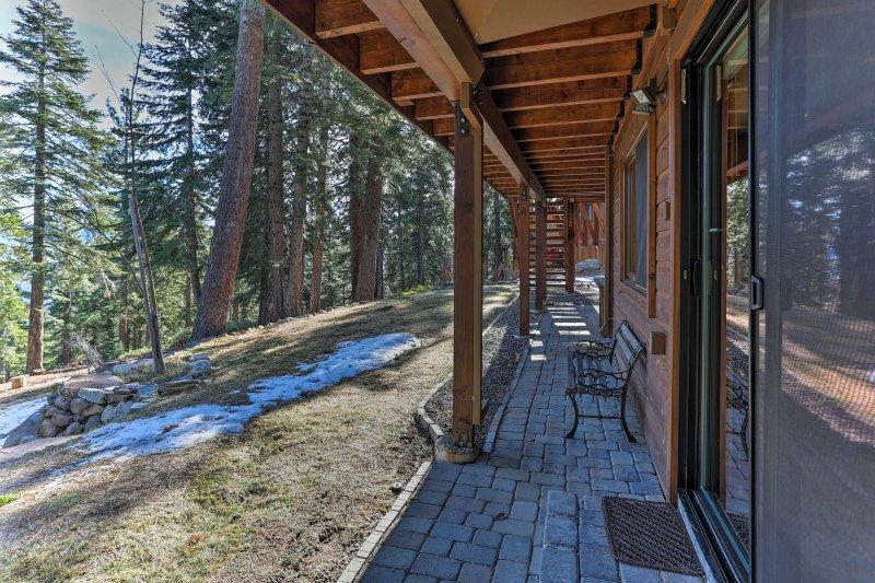 Contemplar el paisaje circundante desde el patio inferior!