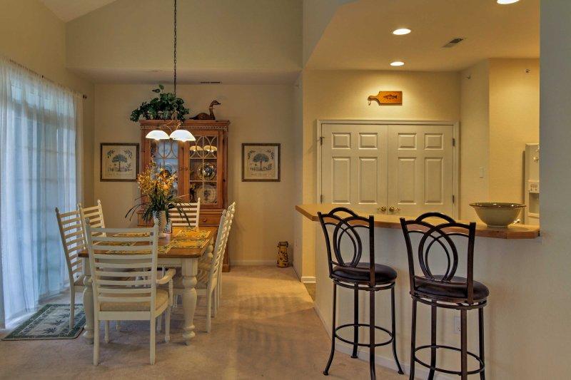 La zona pranzo e cucina abitabile sono adiacenti al soggiorno.