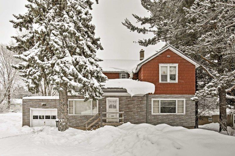 Downtown Bessemer House Near Skiing & Snowmobiling, location de vacances à Bessemer