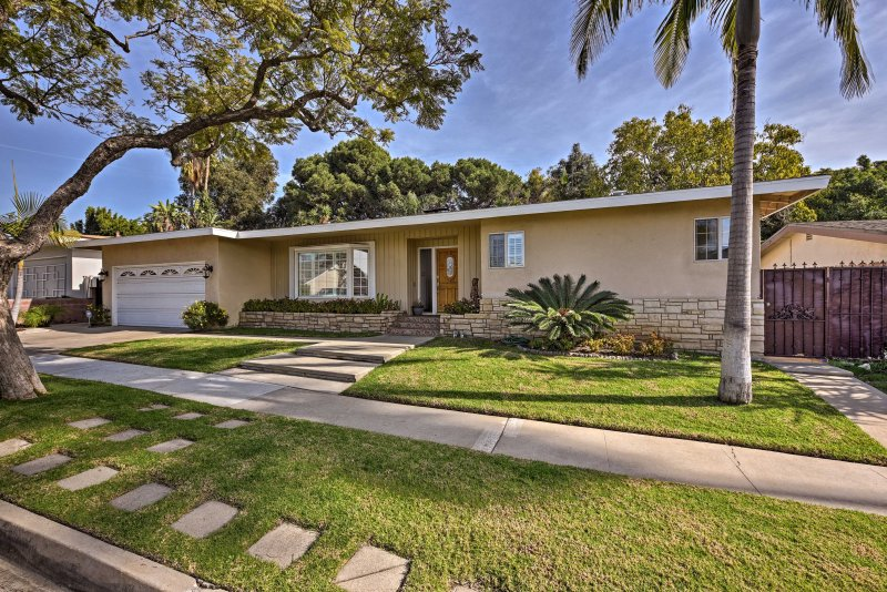 Plan your next family vacation to this charming 3-bedroom, 2-bathroom vacation rental house near downtown Los Angeles.