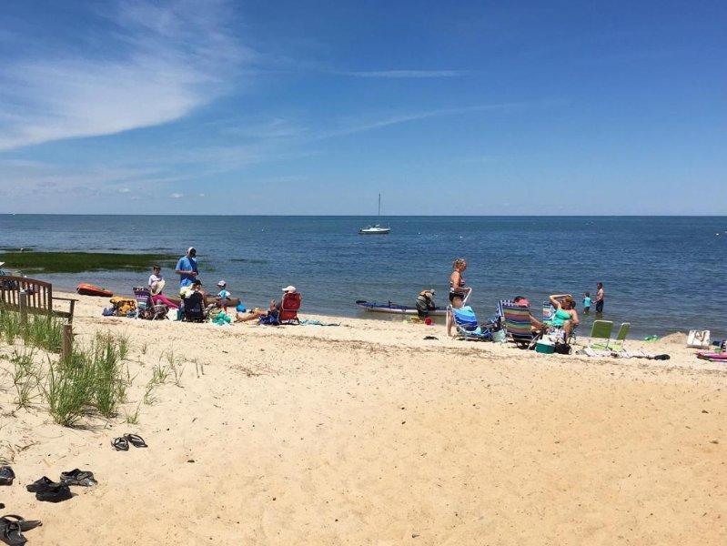 Huit minutes à pied (0,4 mi) à cette plage de quartier privé, ici montrée à marée haute