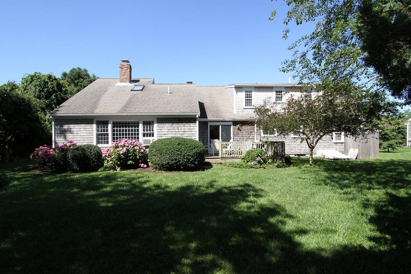 Updated home, walk 5-7 minutes to Brewster beaches.