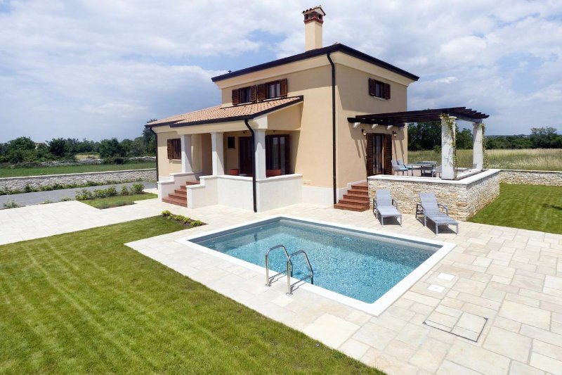 Burici Holiday Home Sleeps 6 with Pool and Air Con - 5467152, holiday rental in Kanfanar