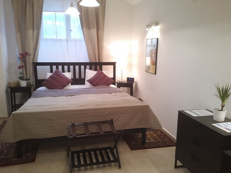 Master bedroom with fresh, crisply ironed bed linen and all the top hotel comforts!